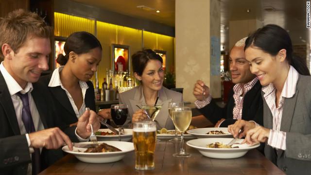 Những mẫu câu tiếng Anh giao tiếp khi đi ăn uống
