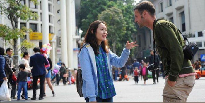 Chủ động giao tiếp với người nước ngoài